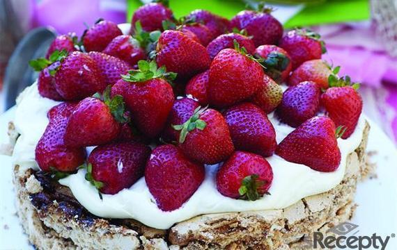 Pastel de frutillas, almendras y merengue