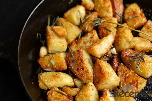 Guarnición de papas asadas en polenta