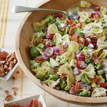 Ensalada de pasta, brócoli y uvas