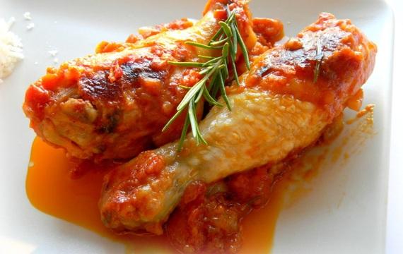 Pollo cacciatore con salsa de tomate