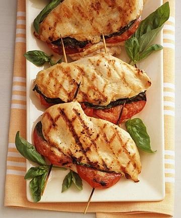 Pollo a la parrilla relleno con tomate y albahaca