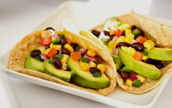 Tacos con aguacate y frijoles negros