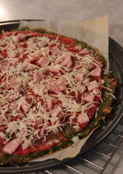 Pizza con masa de espinacas