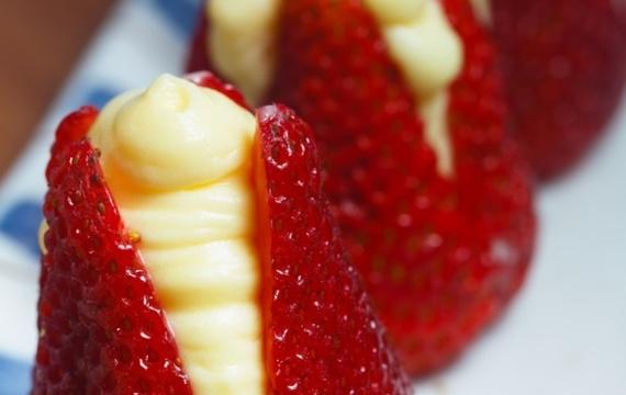 Frutillas rellenas con postre de vainilla
