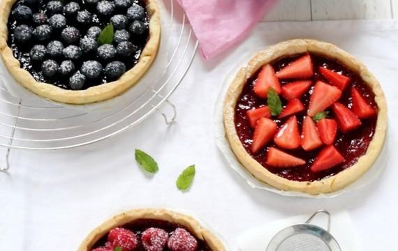 Crostinis de frutillas, arándanos y frambuesas