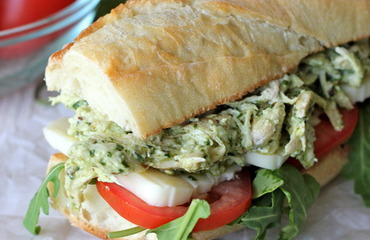 Sandwich de pollo y pesto