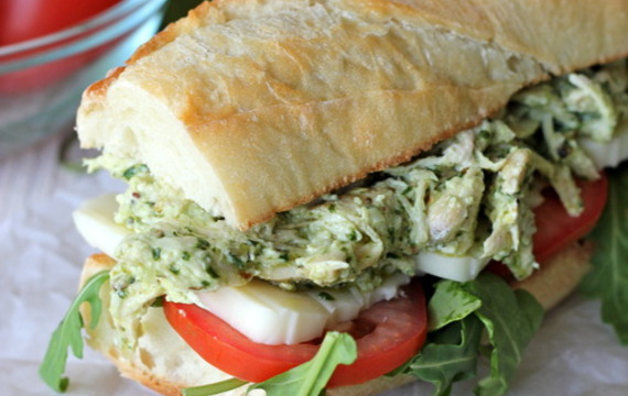 Sandwich de pollo y pesto