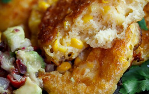 Tortas de maíz con queso con salsa de aguacate picante