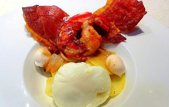 Huevos poche con panceta y hongos