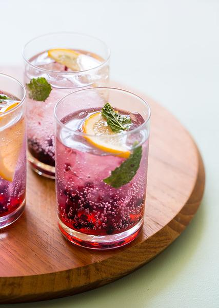 Gin tonic de moras y limón