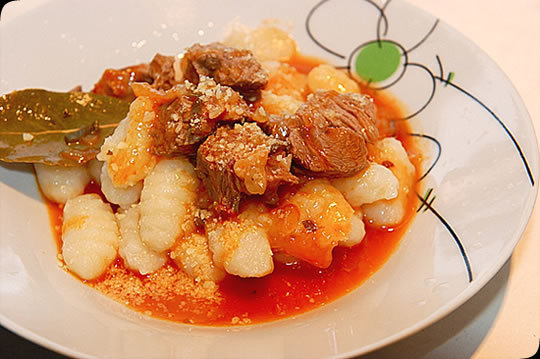 Ñoquis de papa con salsa boloñesa de salchicha