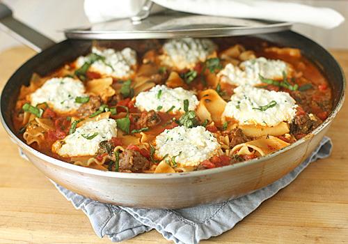 Lasagna con salchicha y espinaca en sartén