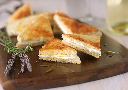 Tostadas de queso de cabra con ajo y hierbas provenzal