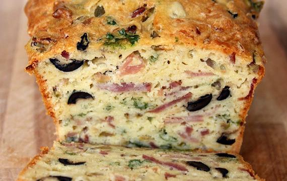 Pan de queso, oliva y tocino