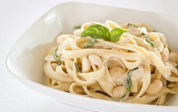 Fettuccinis cremosos con frijoles y albahaca