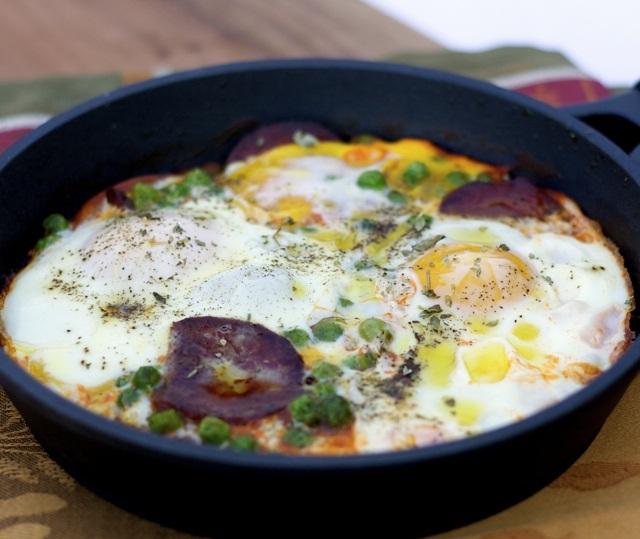 Huevos, chorizo y tomates en sartén