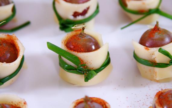 Bites de uvas y queso emmental