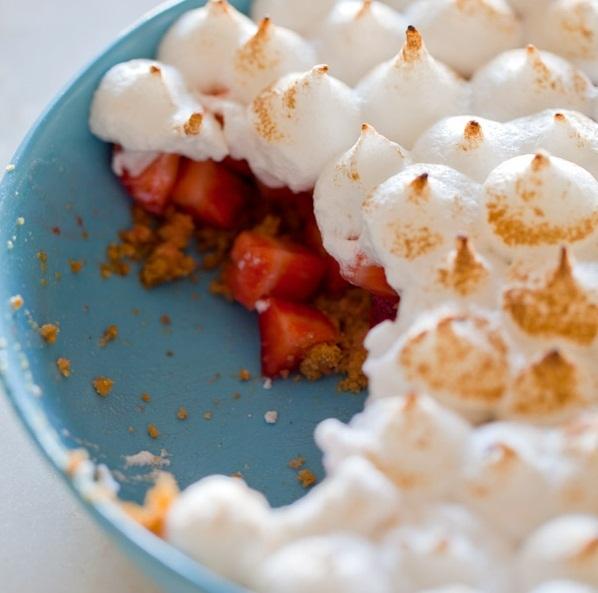 Pastel de frutillas en merengue