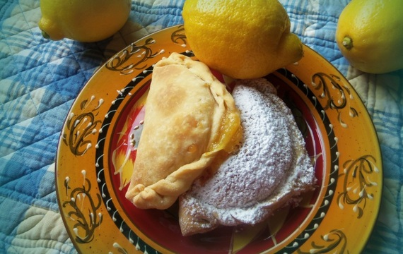 Empanadas de limón y coco tostado