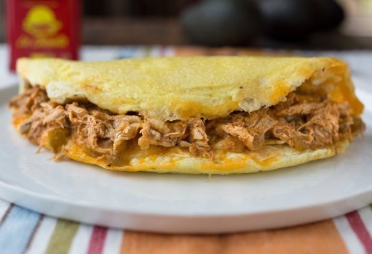 Omelette de pollo y salsa enchilada