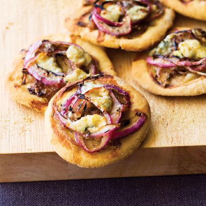 Panes de cebolla morada y gorgonzola