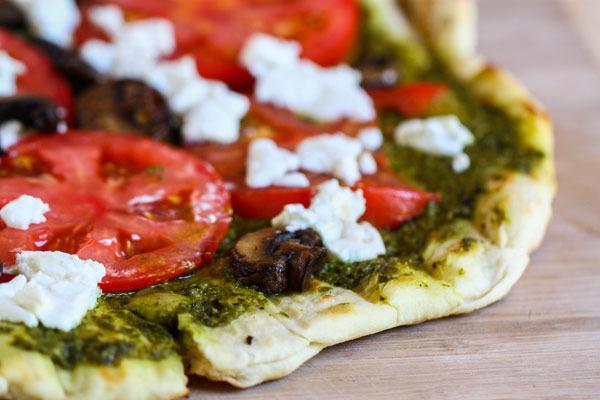 Pizza grillada con pesto y queso de cabra