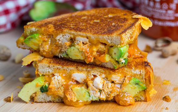 Sandwich de pollo, queso y palta