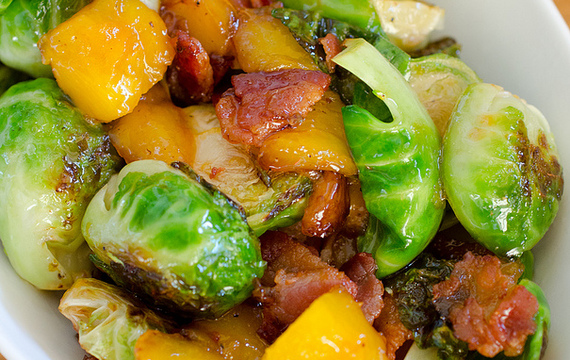 Repollitos de bruselas con mango y tocino