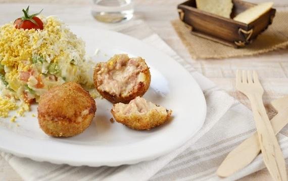 Croquetas de pollo con ensalada rusa