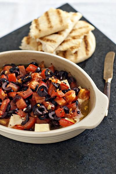 Queso feta al horno con tomates y olivas