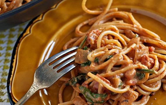 Spaghetti con salsa cremosa de tomate y espinaca