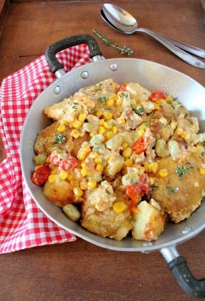Pollo cremoso con papas y tomate