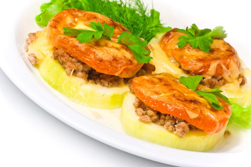 Zucchini relleno con carne picada y tomate