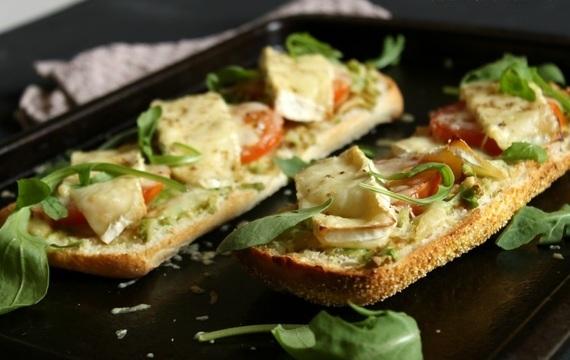 Tostadas de queso brie y palta
