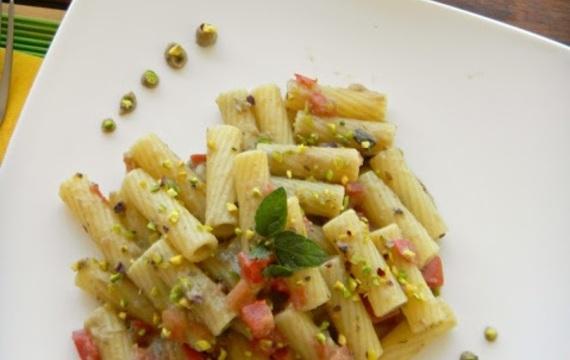 Rigatoni con pesto de berenjena, tomate y pistacho