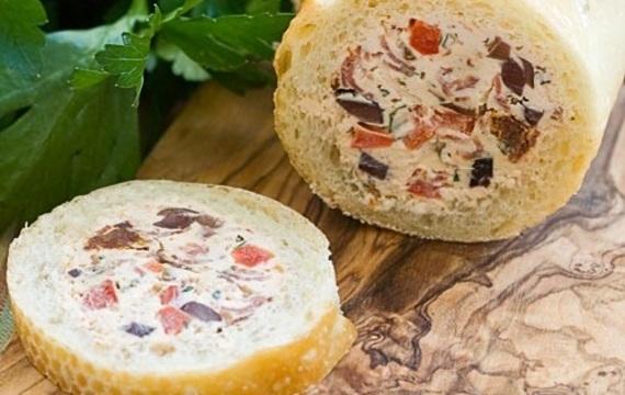 Baguette rellena con queso crema y aceitunas
