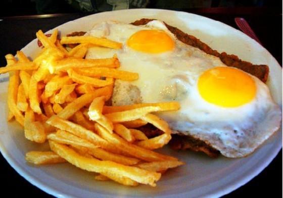 Milanesas con papas fritas y huevos fritos