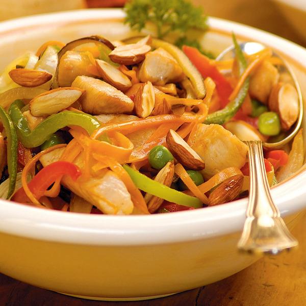 Salteado de pollo, almendras y vegetales