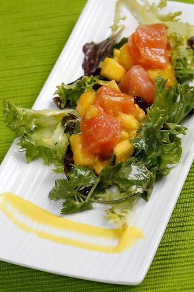 Ensalada de salmón ahumado y mango