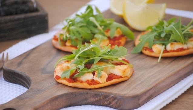 Pizzetas de tomate, rúcula y queso de cabra