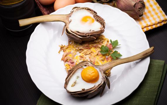 Alcauciles rellenos con huevo