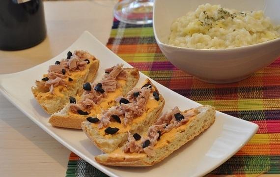 Tostadas de pimiento con atún