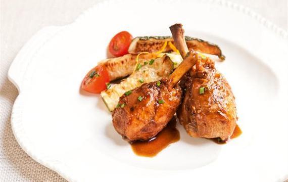Patas de pollo con guarnición de zucchini