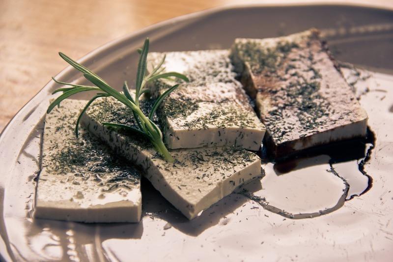Tofu con fideos chinos y guisantes de azúcar
