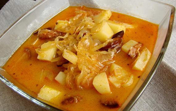 Sopa de repollo con salchichas