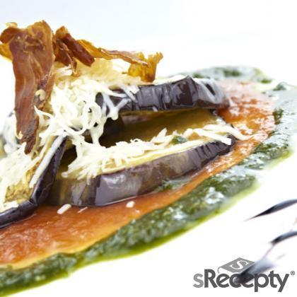 Berenjenas asadas sobre pesto y napolitana