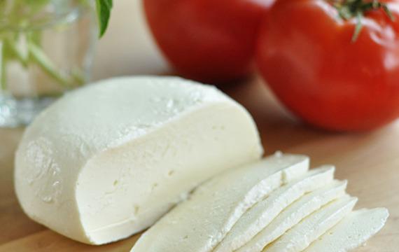 Cómo se hace la mozzarella?
