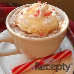 Taza caliente de chocolate y menta