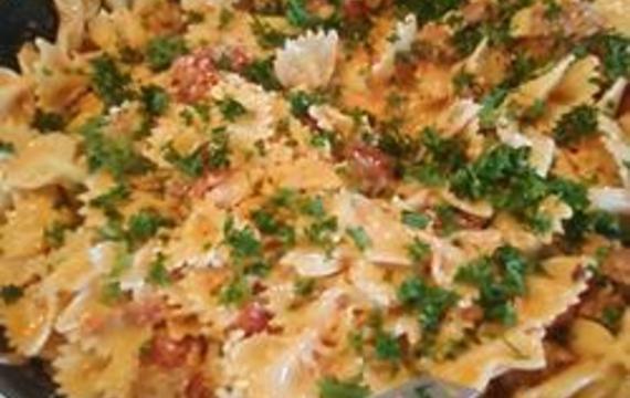 Pastas con chorizo, crema y tomate