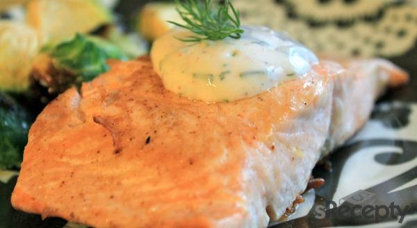 Salmón con salsa de pepino y yogurt
